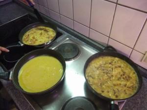 Frühstück! Unsere unermüdliche Küchencrew bereitet gleich drei Sorten Rührei vor: Mit Speck, mit Tomaten, ohne alles.